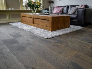 Zwaar verouderde-houten vloer op vloerverwarming