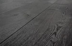 Zwarte eiken vloer