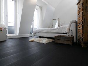 Zwarte eiken vloer in penthouse