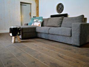 Bruine kasteelvloer op vloerverwarming