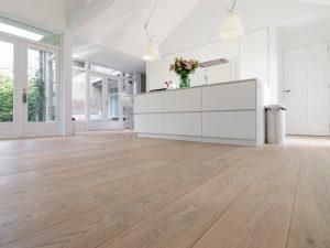 Geborstelde witte houten vloer