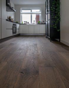 Houten vloer in keuken Sneek