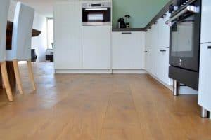 Houten vloer naturel doorgelegd in keuken