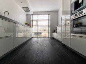 Intens zwarte houten vloer