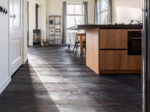 Oude zwarte vloer met scheuren