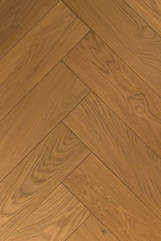 Ultraviolette geoliede visgraat vloer