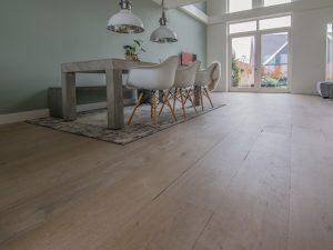 Verouderde brede vloer