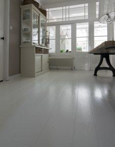 Wit gelakte eikenhouten vloer
