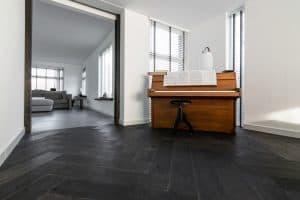 Zwarte visgraat vloer op vloerverwarming