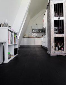 Zwarte vloer in keuken