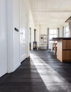 Zwarte vloer in woonkeuken