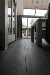 Zwarte vloer woonkamer