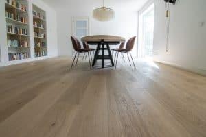 Blanke eikenhouten vloer op vloerverwarming