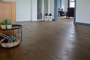 Bruine houten vloer met brede planken