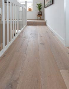 Gerookte vloer met brede planken