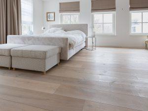 Houten vloer geplaatst in slaapkamer