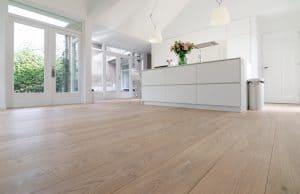 Houten vloer plaatsen in keuken