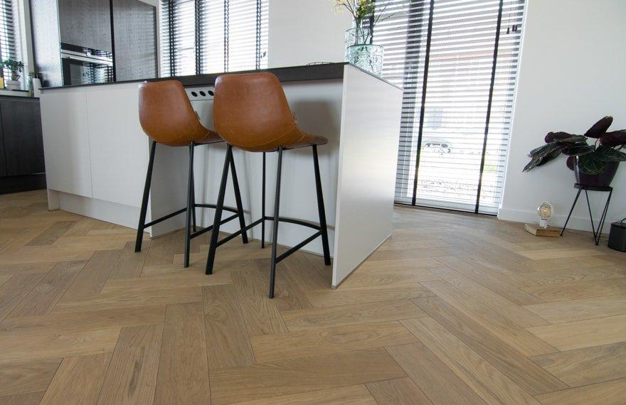 Visgraat vloer in keuken