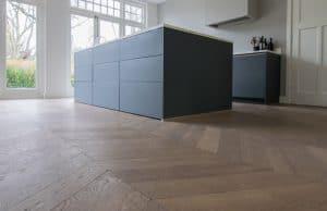 Houten vloer doorleggen in keuken