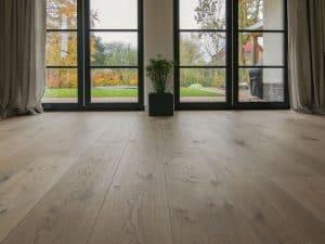 Brede houten vloer op vloerverwarming