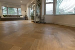 Visgraat vloer geplaatst in Hoorn