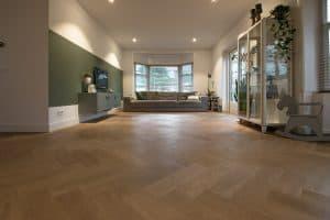 Visgraat vloer Hoorn in woonkamer