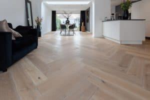 Visgraat vloer in woonkamer Drachten