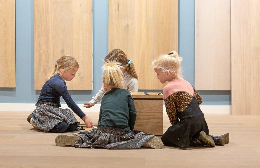 Kinderen spelen Dutzfloors