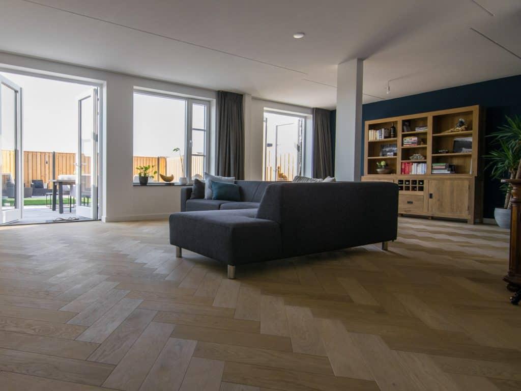 Visgraat vloer in nieuwbouwhuis