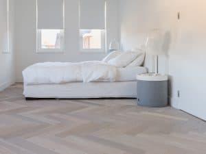 Eiken visgraat vloer in slaapkamer