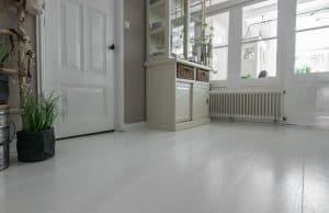 Wit gelakte vloer