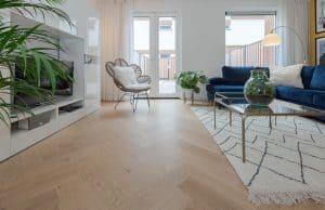 Kun je een visgraat vloer over tegels met vloerverwarming plaatsen?