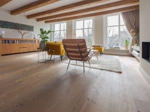 Oude houten vloer met vloerverwaming