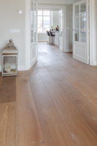 Verouderde vloer met brede planken